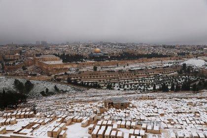Nieve sobre Jerusalén y en la Cúpula de la Roca, el 18 de febrero de 2021. REUTERS / Ronen Zvulun