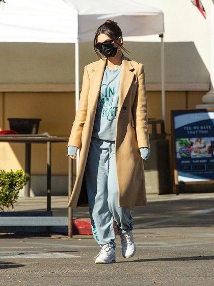Emily Ratajkowski estuvo haciendo compras en Gelson's market en Los Ángeles. La modelo está embarazada esperando su primer hijo con su marido, el actor y productor Sebastian Bear-McClard. Lució un conjungo de jogging gris con letras estampadas verdes y un tapado marrón largo. Además, llevó su tapabocas y lentes de sol