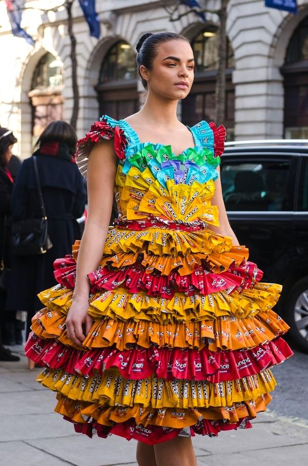Uno de los diseños más llamativos que se vio por las calles de Londres fue un vestido realizado con envoltorios de Bounce en rojo, amarillo, naranja, celeste, verde y detalles en lila (Francesca Darget)