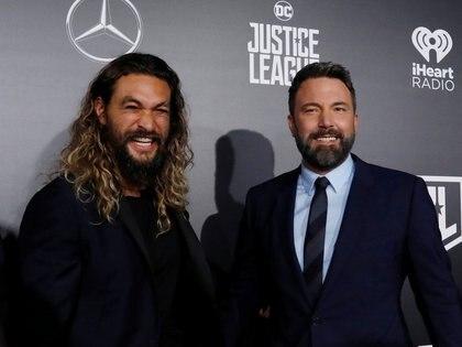 """Jason Momoa y Ben Affleck en la premiere de """"La Liga de la Justicia"""" en 2017 (Reuters)"""