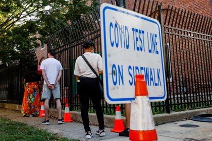 Personas hacen fila para una prueba de coronavirus en Washington