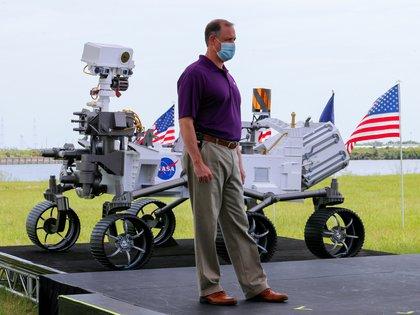 El director de la NASA, Jim Bridenstine, comienza una conferencia de prensa con una maqueta 1/1 del robot que recorrerá Marte.  REUTERS/Joe Skipper