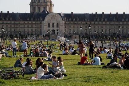 Personas disfrutan de un día cálido y soleado cerca del Palacio Los Inválidos, durante el brote de coronavirus en París, Francia, Marzo 31, 2021.  REUTERS/Gonzalo Fuentes