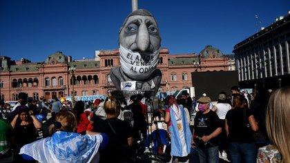 Mucha gente se acercó a la Plaza de Mayo para conmemorar la muerte del expresidente