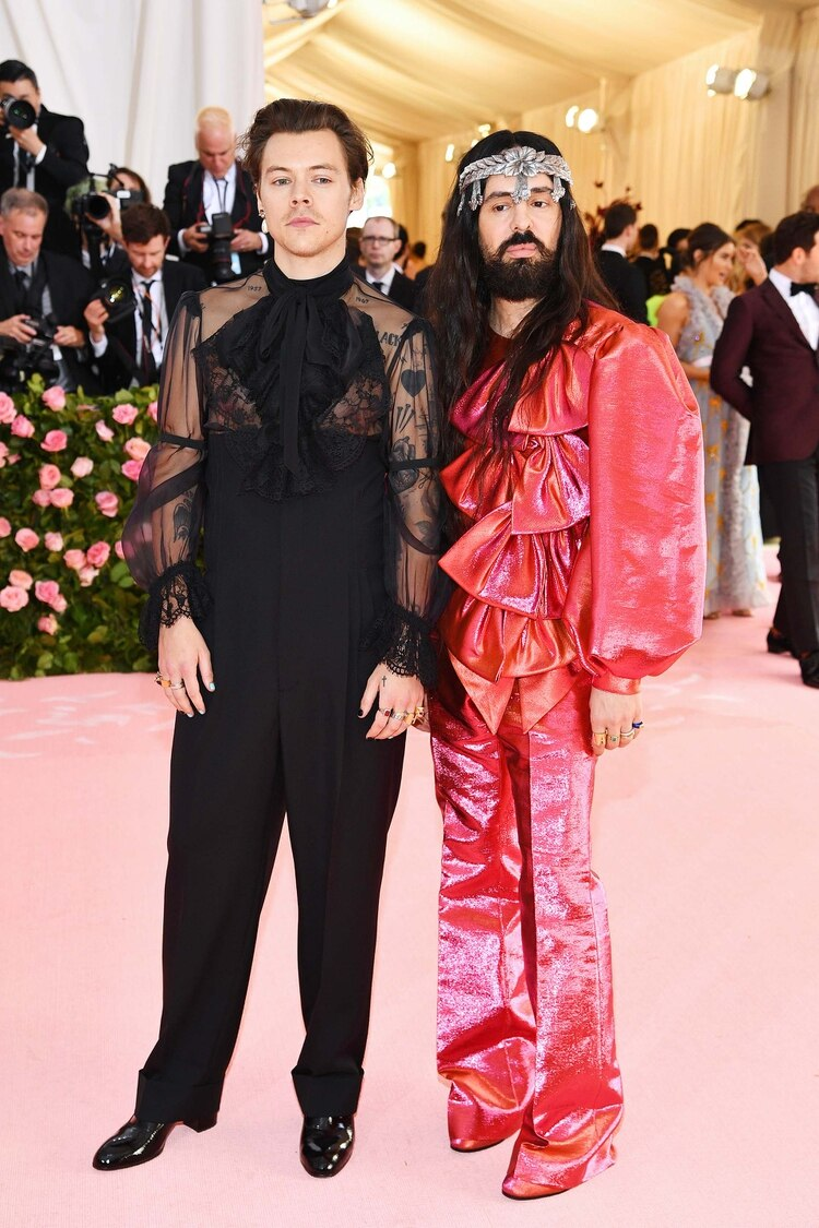 Harry Styles posó junto a Alessandro Michele, el responsable de su atuendo (Foto: Dimitrios Kambouris/Getty Images for The Met Museum/Vogue/AFP)