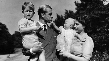 1951. Felipe tiene en sus brazos a Carlos su primogéntico e Isabel, está con Ana. Por sus viajes protocolares llegaron a estar seis meses sin ver s a sus hijos (AP Photo/Eddie Worth, file)