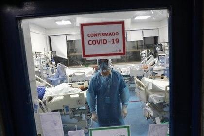 Un médico atiende a pacientes con COVID-10 en la unidad de cuidados intensivos en el Hospital de Urgencia Asistencia Pública, también conocido como Posta Central, en Santiago de Chile el 9 de junio de 2020 (REUTERS/Ivan Alvarado)