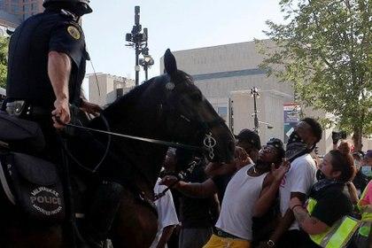 La policía montada separa a los manifestantes contra la injusticia racial cerca del sitio de la Convención Nacional Democrática (DNC) en Milwaukee, Wisconsin, el 20 de agosto de 2020 (REUTERS/Brian Snyder)