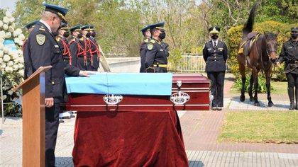 El entierro con honores del policía Juan Roldán, en el cementerio porteño de Chacarita.