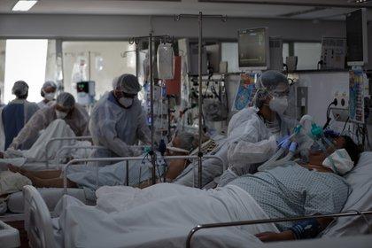Personal médico trabaja el 12 de marzo, en la UCI del Hospital de M'Boi Mirim, en un suburbio de Sao Paulo. EFE/FERNANDO BIZERRA/Archivo