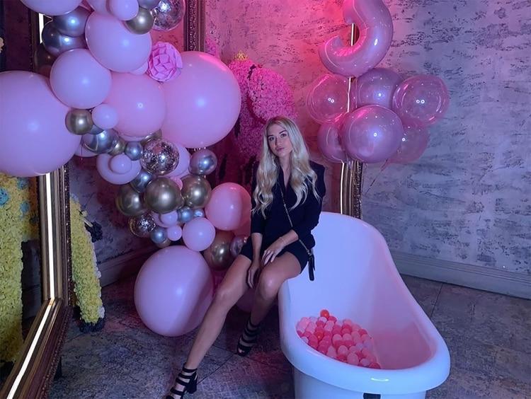 """El """"Kun"""" Agüero le demostró todo su amor a su novia Sofía Calzetti, con una fiesta sorpresa para celebrar sus 23 en un exclusivo restaurante de Manchester (Foto: Instagram)"""