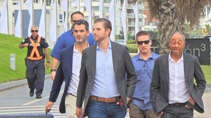 Con custodia permanente del Servicio Secreto de los Estados Unidos, el empresario caminó las calles de la ciudad uruguaya (Marcelo Umpierrez)