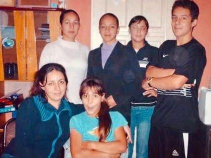 Los hijos de Robert y Nancy. Arriba desde la izquierda Vanesa, Daniela, Claudia y Sebastián. Abajo Flavia, la mayor, y Melany, la menor