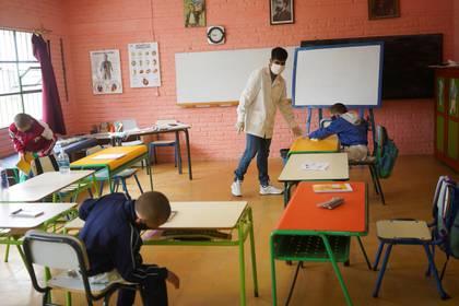 El profesor Sergio Ferrao termina una lección con los estudiantes de la Escuela 30, una escuela rural que ha reanudado las clases después de un mes de descanso debido a la enfermedad del coronavirus en San José, Uruguay, el 22 de abril de 2020. (REUTERS/Mariana Greif)