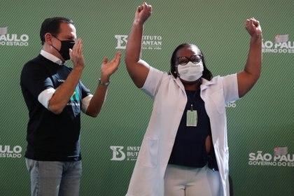A enfermeira Mônica Calazans comemora com o governador de São Paulo João Doria a aplicação da primeira vacina contra o coronavírus do país (REUTERS / Amanda Perobelli)