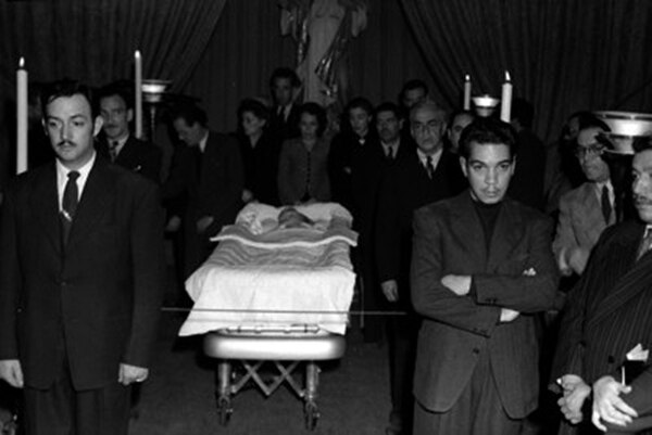 Jorge Negrete y Mario Moreno, Cantinflas, montando guardia en el funeral de la actriz Lupe Velez