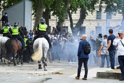 Enfrentamientos entre la policía, los manifestantes contra el racismo y miembros de la extrema derecha (Reuters)