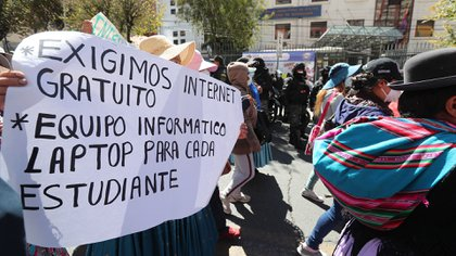 Una multitudinaria marcha de padres en Bolivia reclamó Internet para que sus hijos puedan acceder a las clases virtuales
