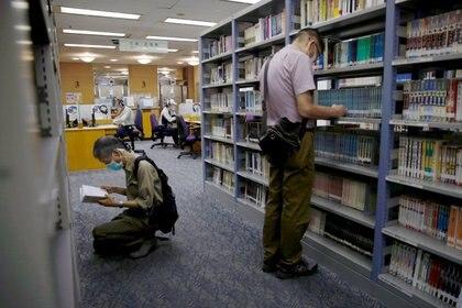 La gente lee libros en la Biblioteca Central de Hong Kong (REUTERS / Tyrone Siu)