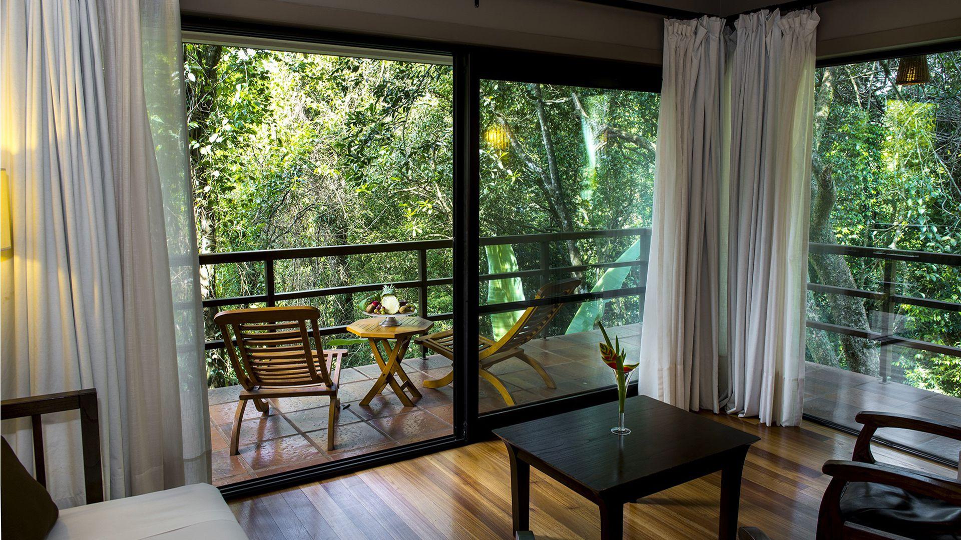 Una suite hotelera con vista a la exuberancia vegetal de Iguazú