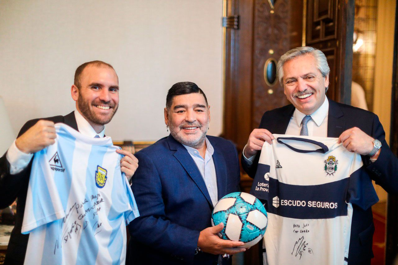 Alberto Fernández con el ministro Martín Guzmán y Diego Armando Maradona en diciembre del 2019