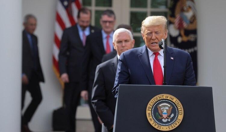 Donald Trump junto al vicepresidente Mike Pence, encargado del equipo de trabajo sobre coronavirus en EEUU (REUTERS/Jonathan Ernst)