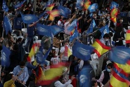 Simpatizantes de la dirigente de la Comunidad de Madrid y candidata del Partido Popular (PP), Isabel Díaz Ayuso, esperan frente a la sede del PP el anuncio de los resultados de las elecciones regionales, en Madrid, España, 4 de mayo de 2021. REUTERS/Susana Vera