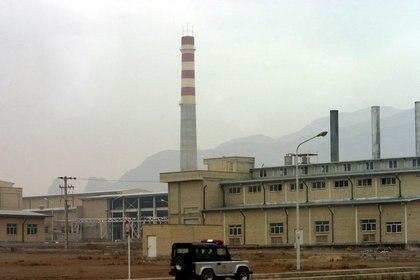 FOTO DE ARCHIVO. Un coche de seguridad pasa frente a la instalación nuclear de Natanz, a 300 km al sur de Teherán, Irán. 20 de noviembre de 2004