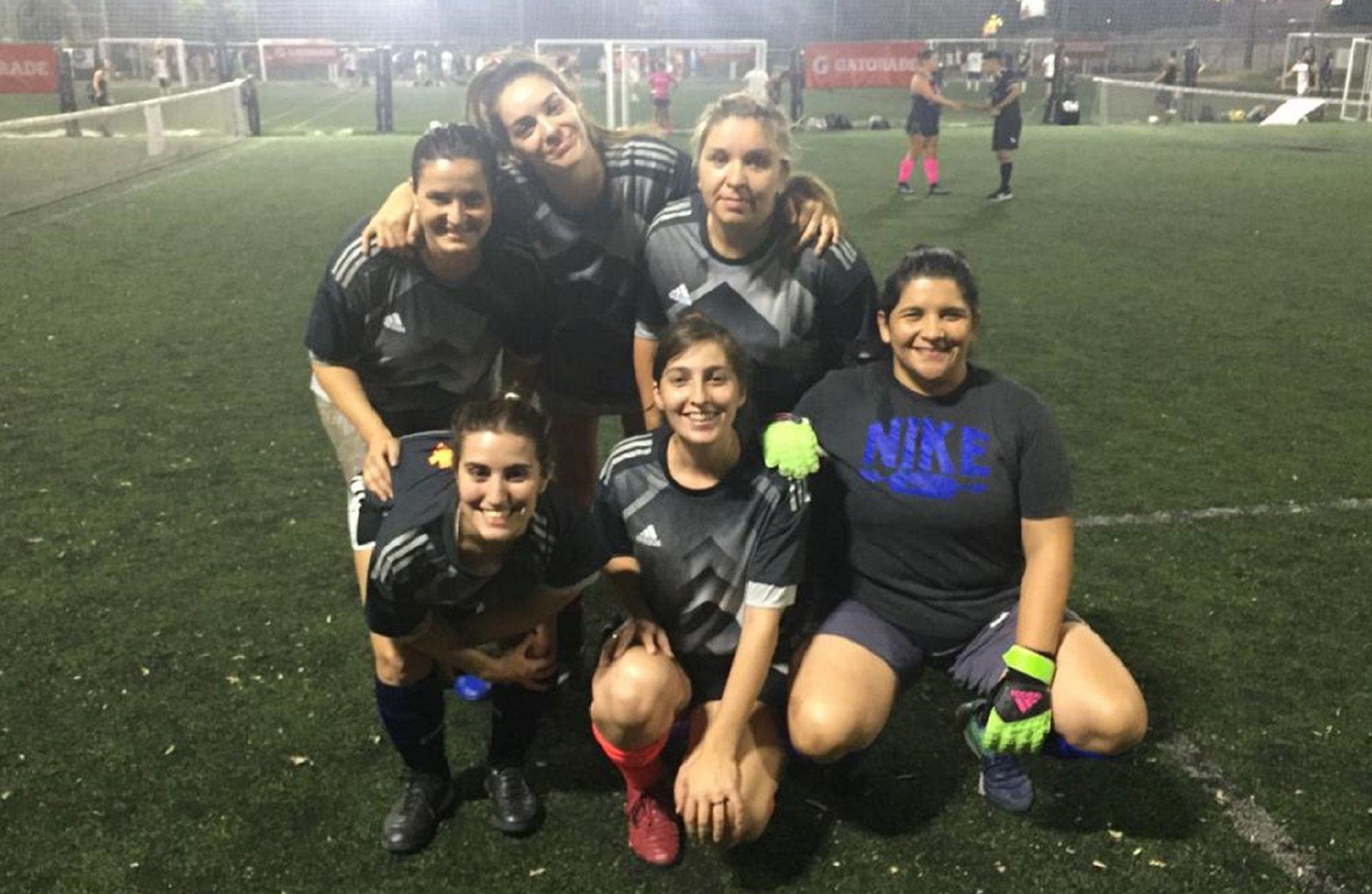 """Macarena Paz forma parte del equipo """"Loma de burra"""" junto a un grupo de amigas"""