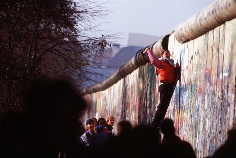 Un hombre de Alemania Occidental utiliza un martillo y un cincel para cortar un trozo del Muro de Berlín. Una parte del Muro ya había sido demolida en Potsdamer Platz, 14 de noviembre de 1989 (Foto de F A Archive/Shutterstock (6044515ay))