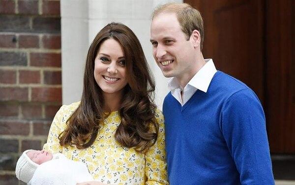 Kate Middleton y Principe William posando con la princesa Charlotte, nacido el 2 de mayo de 2015.