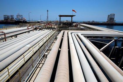 Imagen de archivo de la carga de un petrolero en la terminal Ross Tanura de Saudi Aranco en Arabia Saudita.  21 de mayo de 2018. REUTERS / Ahmed Jadalla