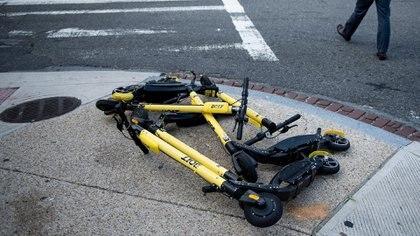 8 de cada 10 personas consideran que los monopatines eléctricos son peligrosos para la vía pública (Photo by Brendan Smialowski / AFP)