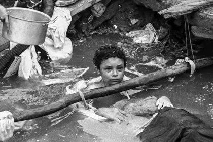 La trágica historia de Omayra Sánchez, la víctima más recordada de la Tragedia de Armero: murió a sus trece años tras varios intentos por rescatarla. Sus ojos recorrieron el mundo (AFP PHOTO/El Espectador)