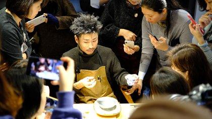El maestro japonés Takehito Kobayashi es uno de los mayores expertos en Kintsugi