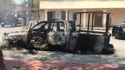 Imágenes del ataque, ocurrido entre la calle Emiliano Carranza y el cruce con la calle Hidalgo, muestran que una patrulla fue completamente incendiada (Foto: Twitter/comandantelobo1)