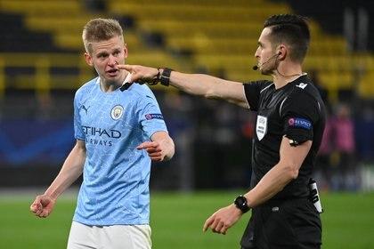 Los árbitros dependen de las federaciones, de la UEFA y de la FIFA (Reuters)