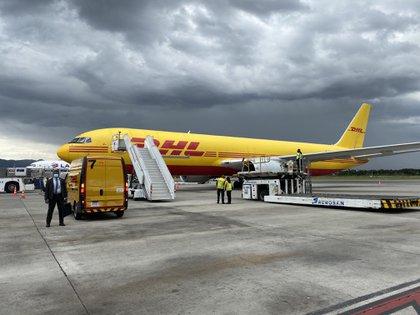 En un Boeing 767 de la empresa DHL llegaron a Colombia las primeras 50.000 dosis de la vacuna de Pfizer contra el covid-19. Foto Presidencia de la República.