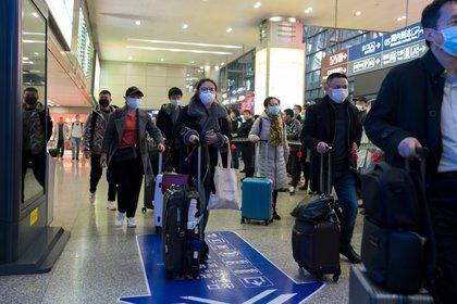 Con los vuelos de repatriados podrían haber entrado más personas con COVID-19 de las que se registró, debido a que 40 a 50% eran asintomáticos (Shutterstock)