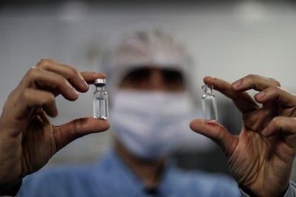 Vista de dos ampollas con muestras de la vacuna de Oxford (EFE)