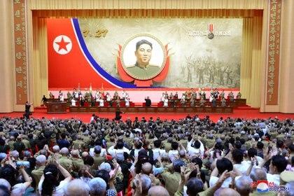 Kim Jong-un encabezó la 6ª Conferencia Nacional de Veteranos de Guerra durante el 67º aniversario del armisticio de la Guerra de Corea en Pyongyang (KCNA via REUTERS)