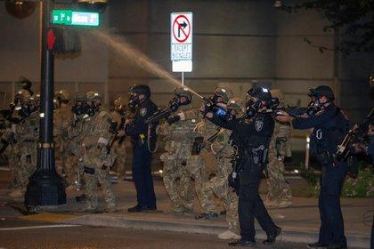 Las fuerzas de seguridad trataron de repeler a los manifestantes con gas lacrimógeno (REUTERS/Nathan Howard)