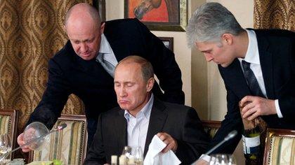 Yevgeny Prigozhin conoce a Putin desde 2001, cuando lo atendió por primera vez —en la foto, repite la ceremonia 10 años más tarde— en uno de sus restaurantes. (AP/Misha Japaridze)