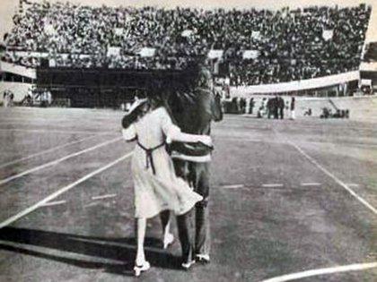 Foto de Spinetta abrazado con Cristina Bustamante durante un recital de Almendra, en 1970