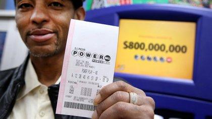 Un hombre sostiene su boleto de Powerball