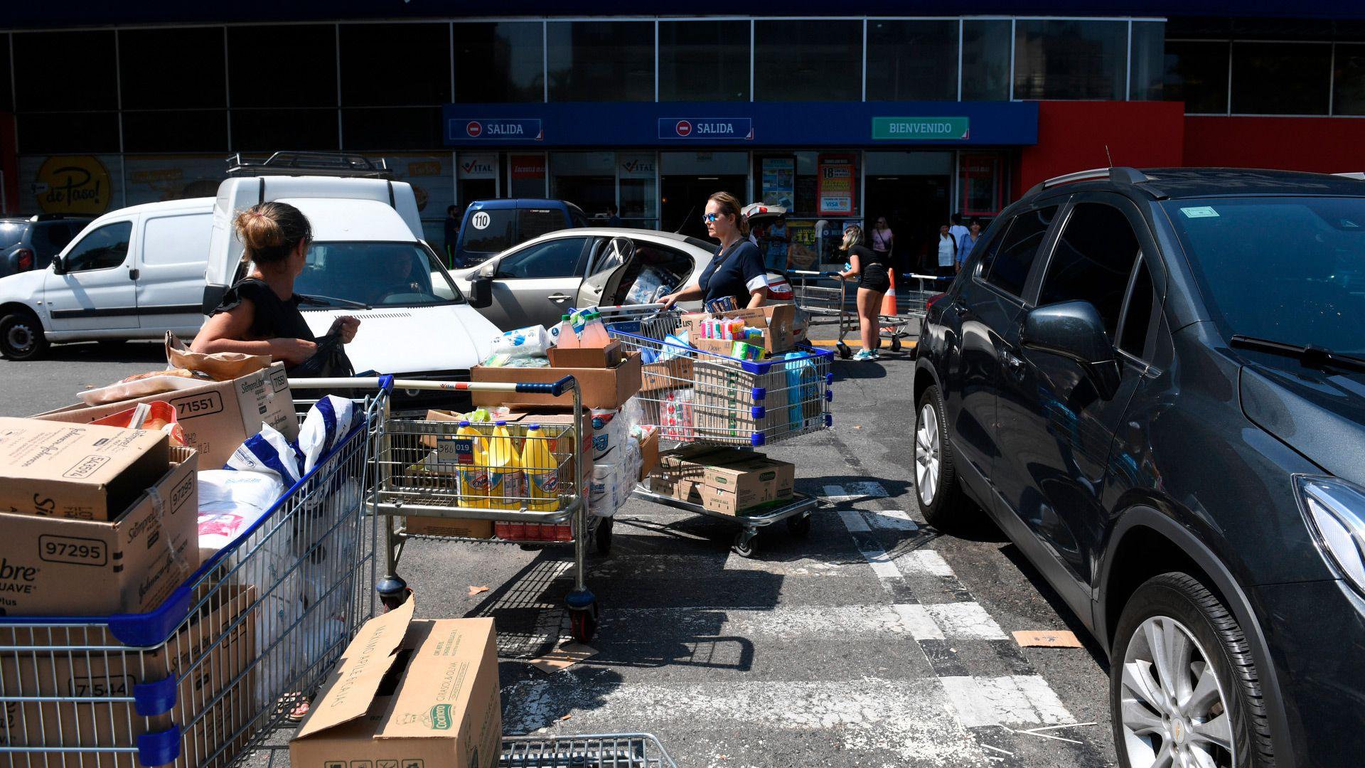 Antes del aislamiento, la gente salió a aprovisionarse a los supermercados para pasar la cuarentena