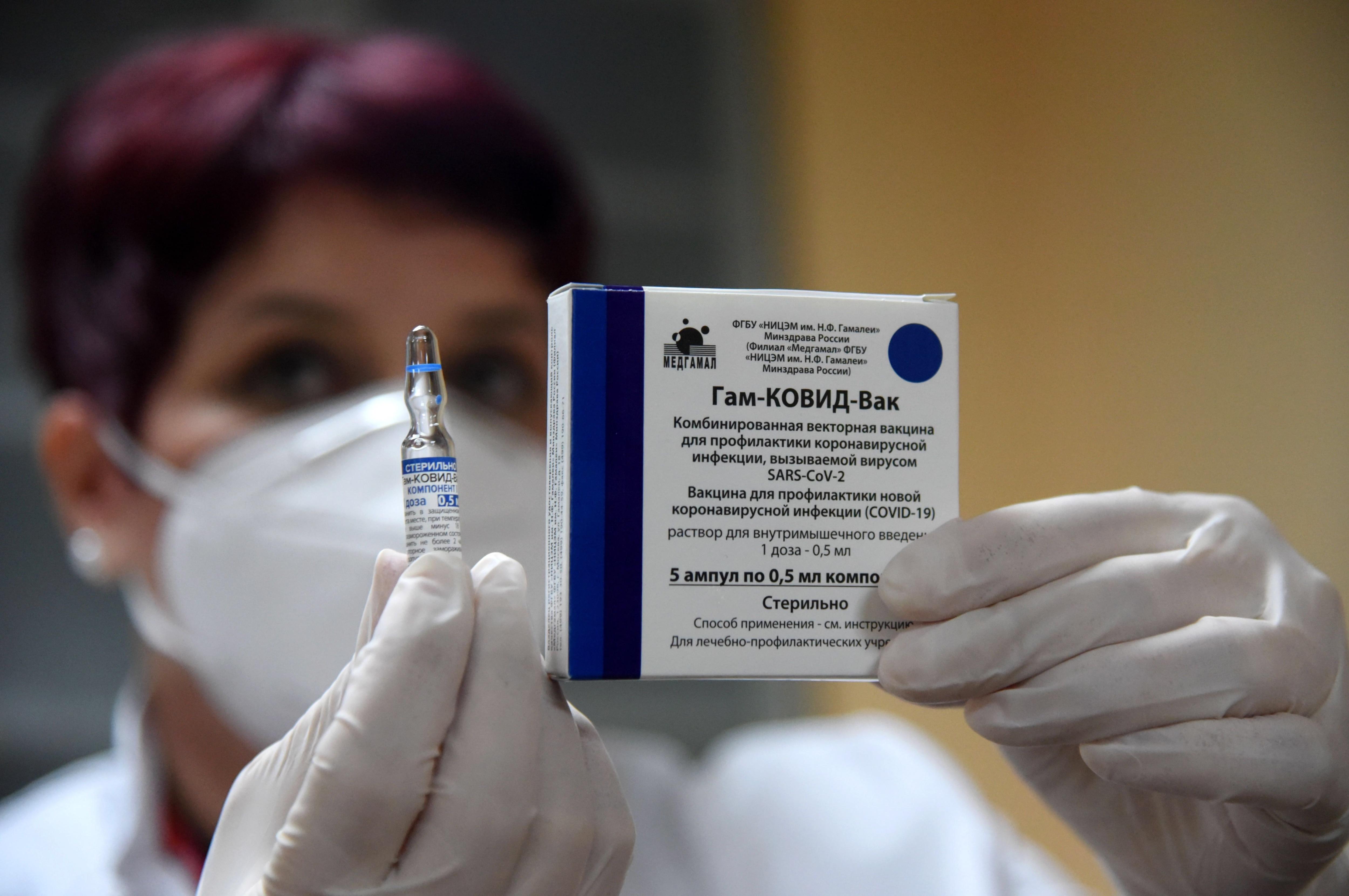 Enfermera enseña una dosis de Sputnik V. EFE/EPA/BORIS PEJOVIC/ Archivo