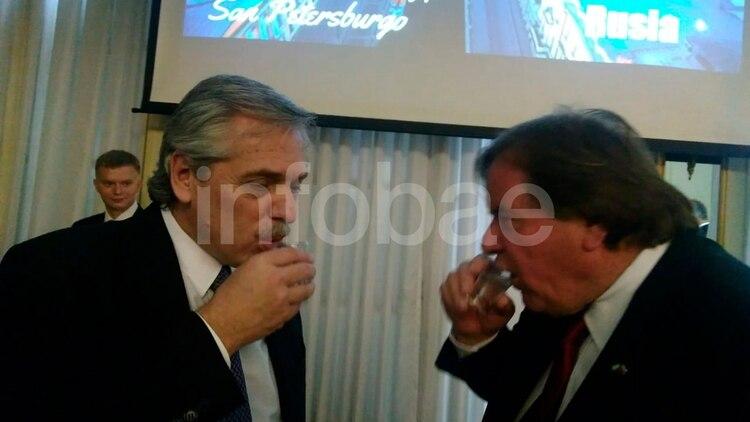 Alberto Fernández en la embajada de Rusia. Selfies y vodka en plena campalña electoral