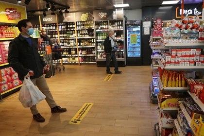 Es importante guardar una distancia de 2 metros al realizar las compras - REUTERS/Susana Vera