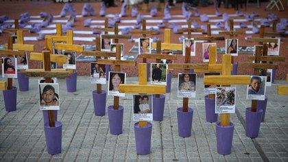 Al frente y a la izquierda, la cara de Adriana Marisel Zambrano, asesinada por el padre de su hija, uno de los rostros más emblemáticos de la lucha contra los femicidios (Gustavo Gavotti)